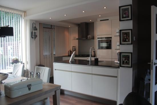 Verlaagde Plafond Keuken : het verlaagde plafond met verlichting is deze keuken helemaal af